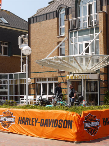 harley davidson treffen das hotel direkt an der ausstellungsfl che. Black Bedroom Furniture Sets. Home Design Ideas